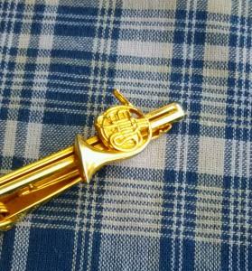クラシック好きだから、ネクタイピンも楽器のデザインです。